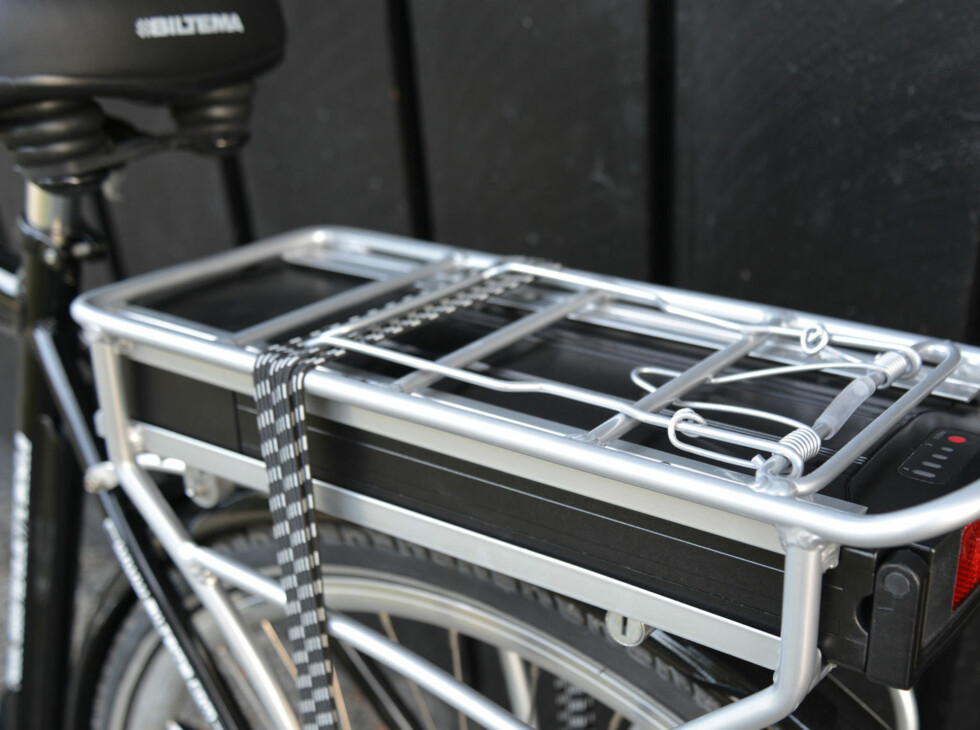 Batteri med baklys under bagasjebrett med klemme og strikk. Foto: BRYNJULF BLIX
