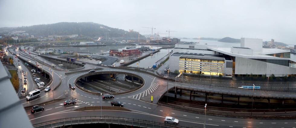 VANSKELIG? Trafikkmaskiner er oftest lagt ut som store rundkjøringer (her det nå revne Bispelokket i Oslo). Mange finner det utfordrende å kjøre riktig i rundkjøringer. Vi gir deg noen gode tips. Foto: PER ERVLAND