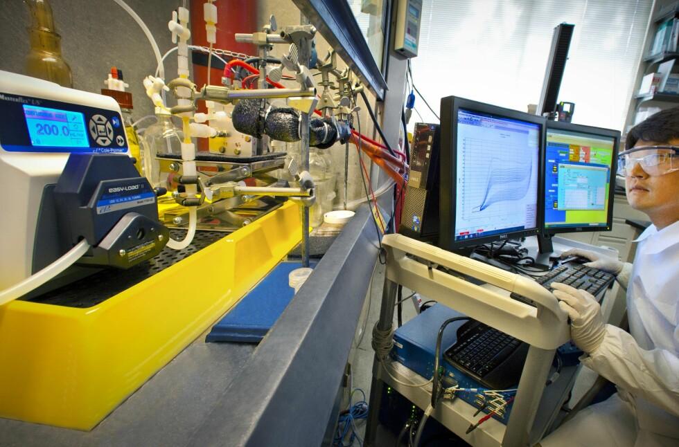 GOD KJEMI: Forskningen på ny batteriteknologi pågår for fullt ved Joint Center for Energy Storage. Her er en av forskerne opptatt med å studere batterikjemi. Foto: JCESR
