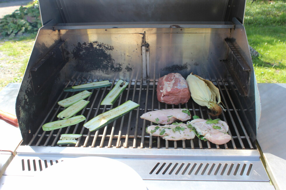 ENKELT OG PERFEKT: Squash, kyllingfileter, hel mais og entrecote, det var ingen ting å si på resultatet.  Foto: ELISABETH DALSEG