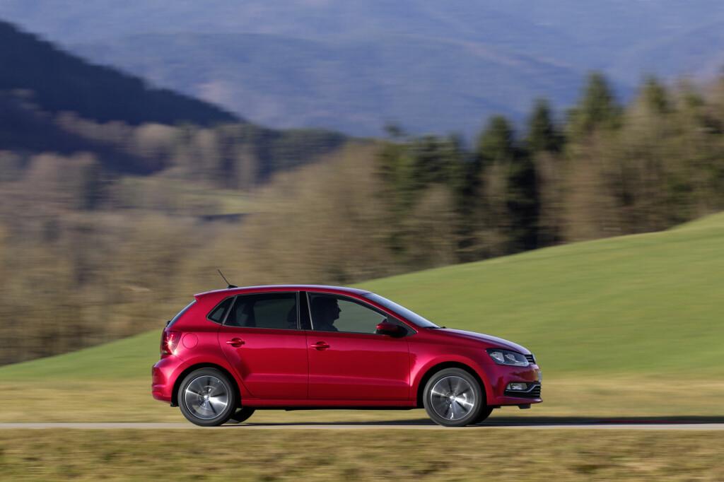 PÅ VEIEN: Polo er behagelig både på små fylkesveier og motorvei.  Foto: VW