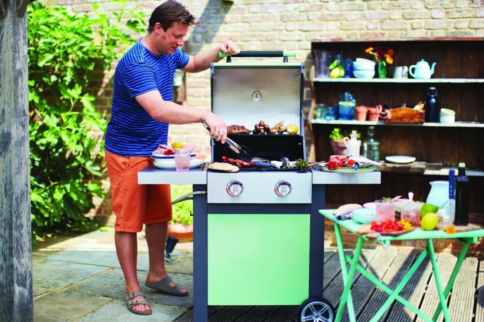 NÅ SKAL DET VÆRE FARGE PÅ GRILLEN: Det er flere produsenter som nå kommer med farger på grillene sine, her vist med Jamie Oliver-grill som eksempel. Foto: Produsenten