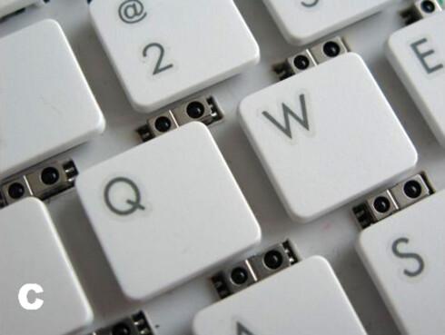 KJENNER HVOR NÆR DU ER: De små runde sensorene over tastene kan kjenne om du skriver på tastaturet eller om du bruker håndbevegelser. Foto: MICROSOFT