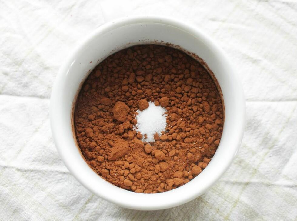 TØRRE SAKER: Bland sammen sukker, mel, salt og kakaopulver.  Foto: Kristine Molina Kjærstad
