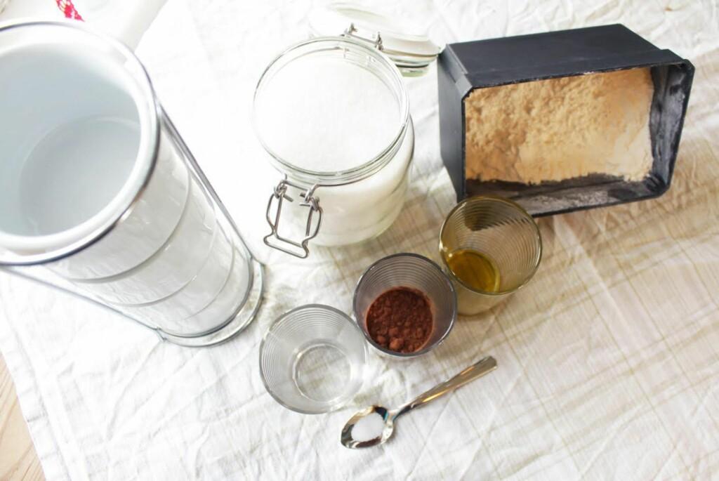 <b>DETTE TRENGER DU:</b> Seks dagligdagse ingredienser er alt som skal til for å lage gode koppebrownies.  Foto: Kristine Molina Kjærstad