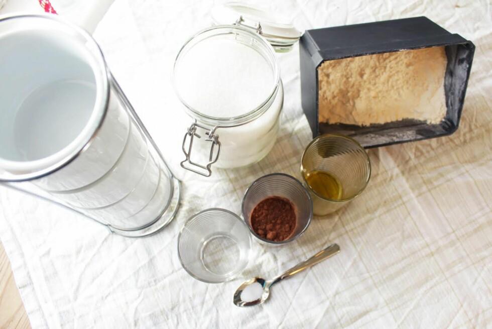 DETTE TRENGER DU: Seks dagligdagse ingredienser er alt som skal til for å lage gode koppebrownies.  Foto: Kristine Molina Kjærstad