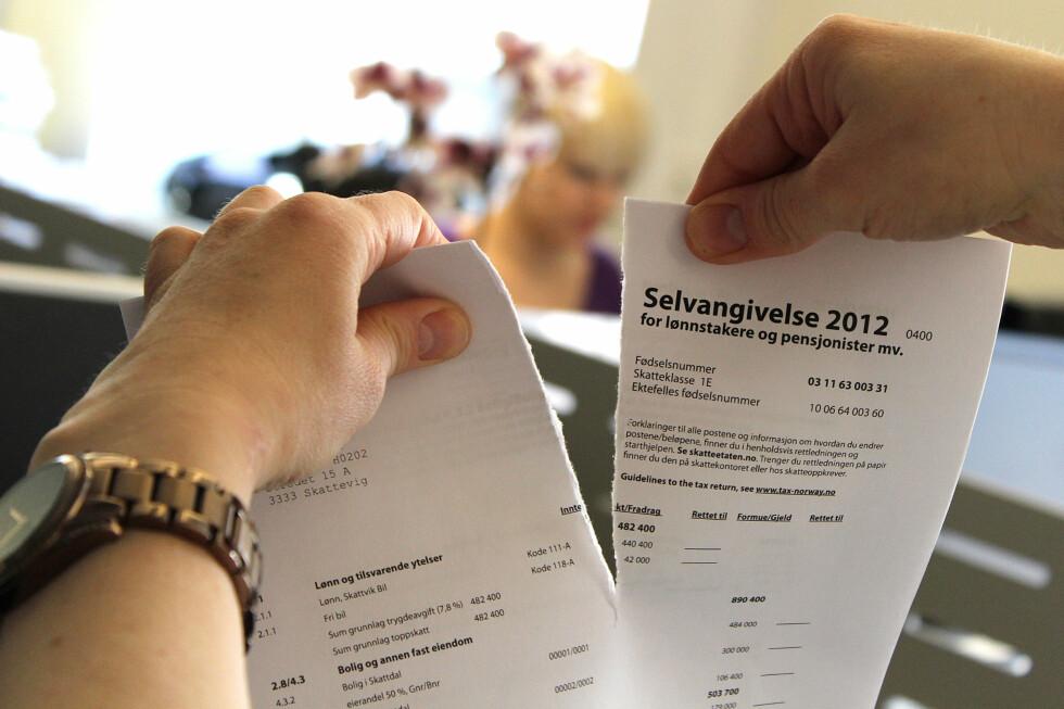RIV PAPIRET I TO: Ikke levér selvangivelsen på papir. Da må du nemlig vente ekstra lenge på pengene fra Skatteetaten om du har skatt til gode.  Foto: OLE PETTER BAUGERØD STOKKE