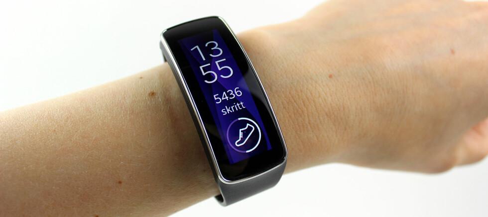 """FIN FORMFAKTOR: Den buede skjermen gjør at Gear Fit former seg """"naturlig"""" over håndleddet. Med en vekt på bare 27 gram legger du nesten ikke merke til at du har den på deg. Foto: KIRSTI ØSTVANG"""