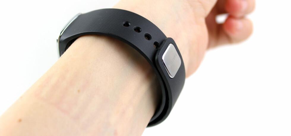 SITTER GODT: Armbåndet festes med en justerbar låseanordning, som er lett å koble sammen, men som også sitter godt. Foto: KIRSTI ØSTVANG