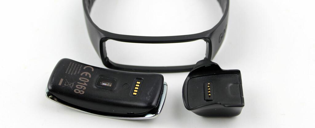 FLERE DELER: Gear Fit består av to deler, et armbånd og selve aktivitetsmåleren/smartklokka. I tillegg kommer ladedokken, som får strøm via mikro-usb. Foto: KIRSTI ØSTVANG
