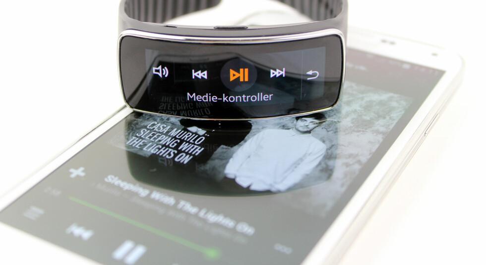 TRYKK PÅ PLAY: Med Gear Fit slipper du å ta mobilen ut av lomma når du skal spille av musikk. I hvert fall i teorien. Foto: KIRSTI ØSTVANG