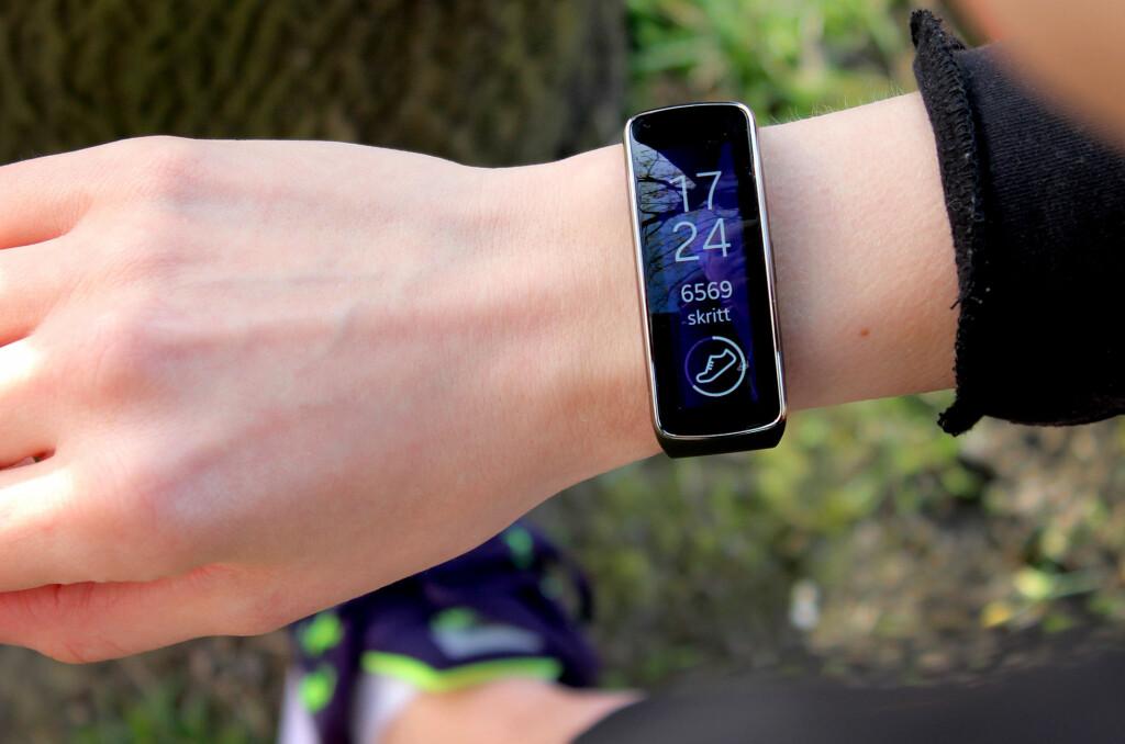<b>KUL OG SMART:</b> Samsung Gear Fit er det desistert kuleste treningsarmbåndet vi har sett. Og det eneste som også kan brukes som smartklokke.  Foto: OLE PETTER BAUGERØD STOKKE