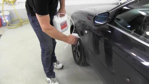 AVFETTING: Legges på tørr bil.  Foto: BJØRN-AAGE BREDAL