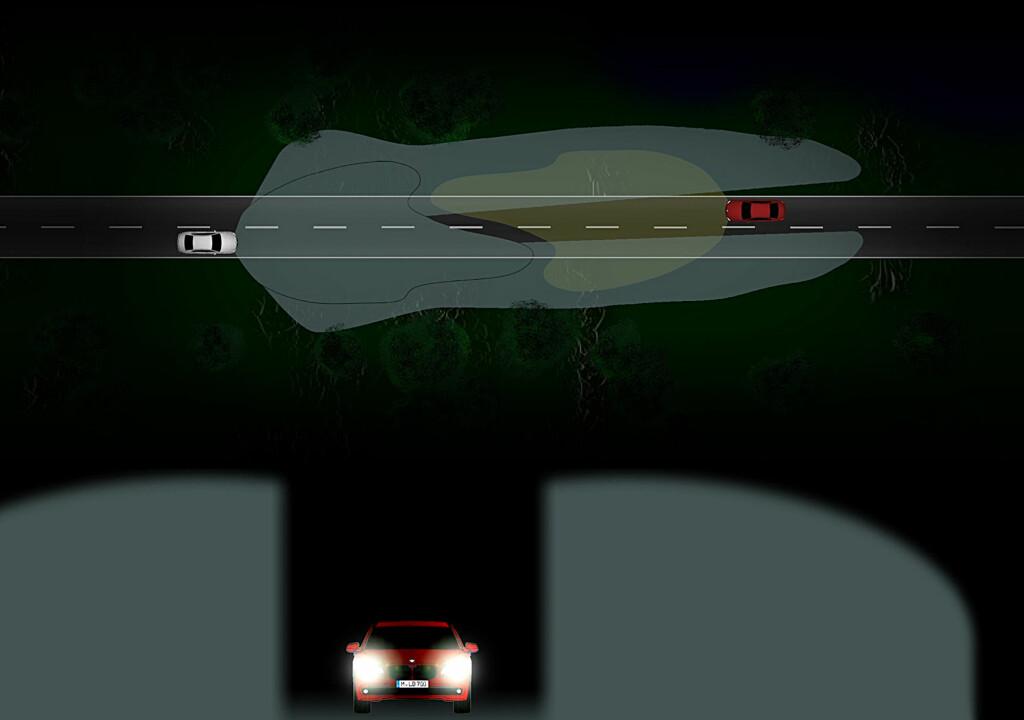 """ILLUSTRERT: Hvit bil har selektive fjernlys på og møter rød bil. I rød bils synsfelt, dimmes fjernlysene slik at disse kun er aktivert utenfor - mens nærlysene er aktivert innenfor. Den møtende bilen kjører gjennom en slags """"tunnell"""" midt i den ellers kraftige lysstrålen, samtidig som føreren av den hvite bilen beholder mye bedre sikt til sidene for den møtende bilen enn  tilfellet ville vært med bare nærlys. Foto: BMW"""