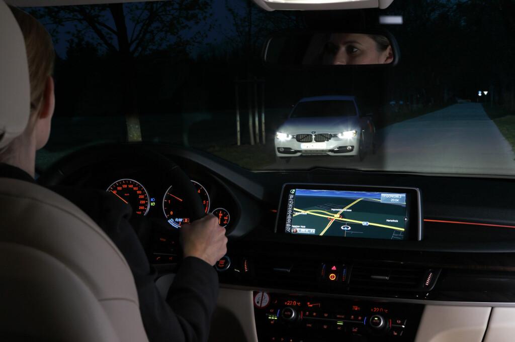 <b>I PRAKSIS:</b> Her er fjernlysene slått på, men i synsfeltet til den møtende bilisten er kun nærlyset aktivt og bilisten blendes ikke. Nyheten er at dette nå blir tilgjengelig i mange modellrekker. Vi testet systemet i en BMW 3 GT, og det fungerer utmerket. Foto: BMW