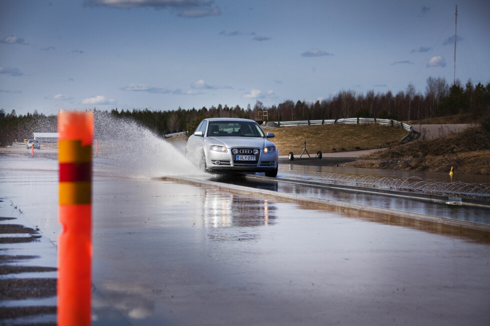 SÅRBART: Bilen din ruller på et trykk som består av fire små håndflater. Visste du at dekket påvirkes av utrolig mange faktorer - også under vinterdvalen? Derfor er det svært  viktig hvordan du lagrer det.    Foto: NOKIAN