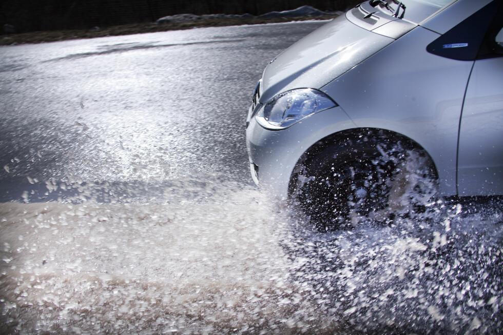 SKUMMEL VÅR: Vannplaning er enhver bilists mareritt. Med nye sommerdekk kan du kjøre tryggere når regnet har lagt seg på vinterslitt asfalt.  Foto: NOKIAN