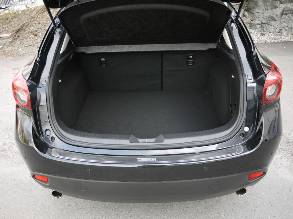 364 LITER: Med 364 liters bagasjerom plasserer Mazda 3 seg midt på treet i klassen.  Foto: LORD ARNSTEIN LANDSEM