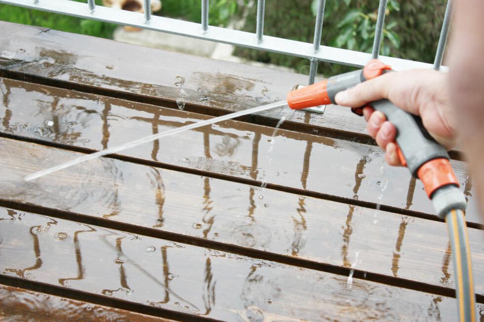 Trinn en: Spyl terrassen godt. Foto: Ifi.no