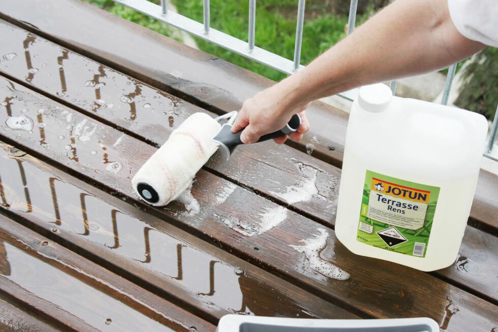 Påfør terrasserens, gjerne med en rulle, så går det fort. Vi anbefaler også at du bruker forlengerskaft, så sparer du ryggen.  Foto: Ifi.no