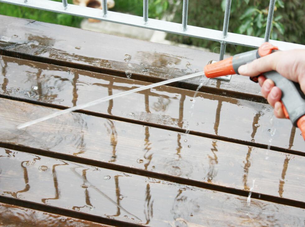 Når du har skrubbet bort alt belegg, spyler du godt av en gang til.  Foto: Ifi.no