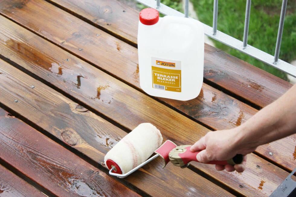 Ønsker du å lysne gulnet eller mørknet treverk? En terrassebleker fikser dette. Du påfører med malingsrulle. Tips: Bruk gjerne en enda bredere rull, og igjen vil vi anbefale forlengerskaft.   Foto: Ifi.no