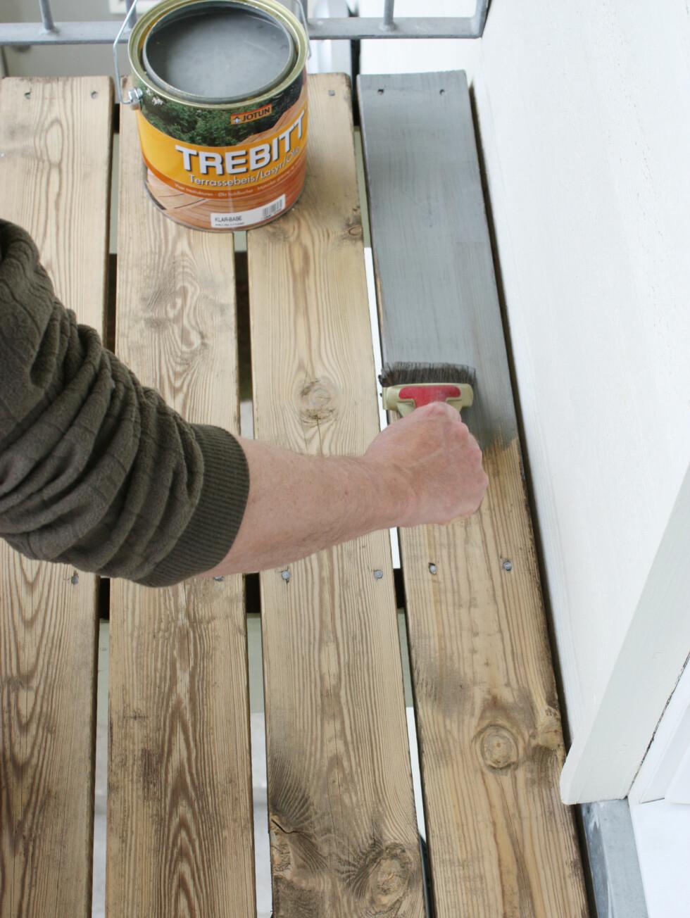 Ønsker du å beise eller bytte farge på terrassen må du vente til treverket har tørket. Så er det bare å påføre etter anvisning på boksen. Foto: IFI