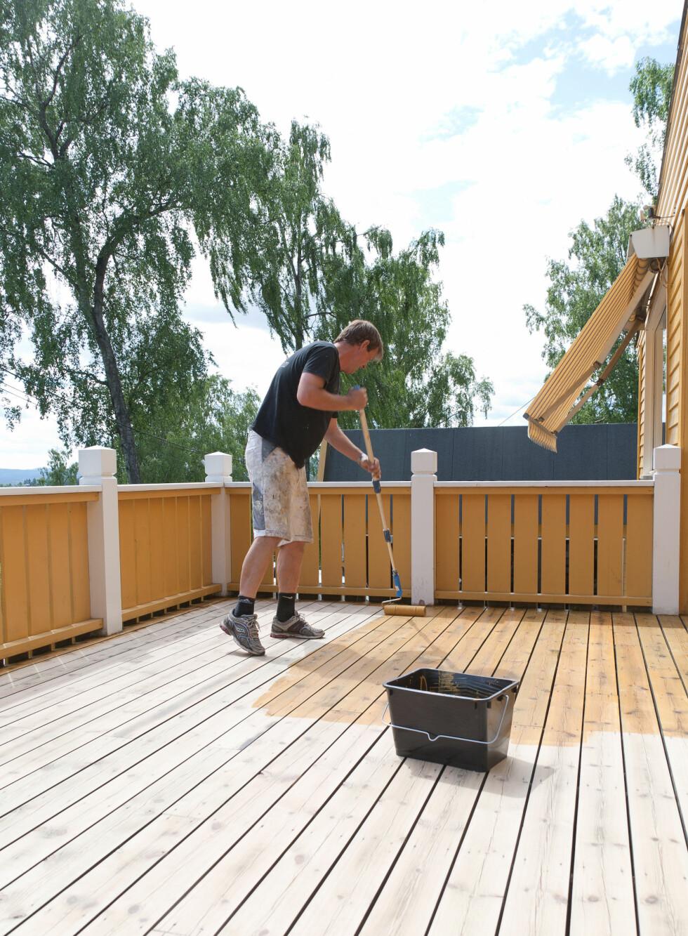 Skal du beise, er det viktig at treverket er helt tørt. Det bør heller ikke være for varmt eller for sterkt sollys - lett overskyet vær som på bildet er gunstig.  Foto: IFI.NO