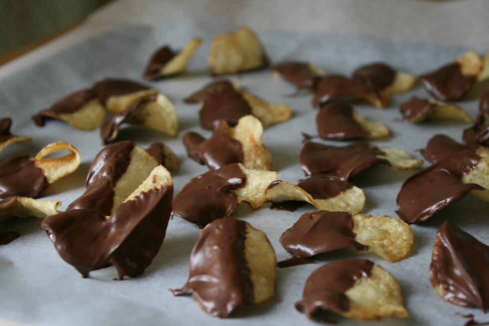Når du har laget mange nok, er det bare å vente til sjokoladen stivner. Er du utålmodig, setter du brettet inn i kjøleskapet, så stivner det ekstra fort.  Foto: ELISABETH DALSEG
