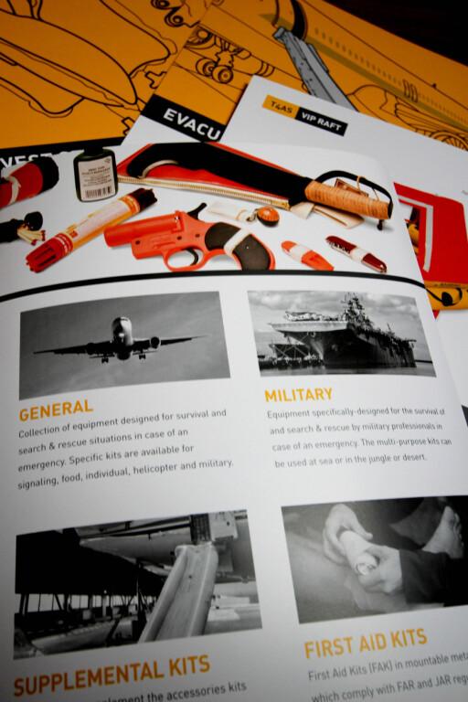 IKKE IKEA-KATALOGEN: Brosjyrene til EAM Aviation er ikke spesielt lystig lesning. Kniven og signalpistolen tilhører en av overlevelsespakkene du kan finne i blant annet redningsflåter. Foto: OLE PETTER BAUGERØD STOKKE