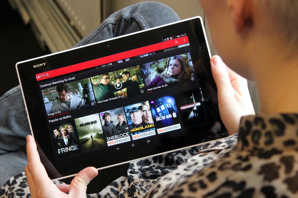 FOR FILM I FANGET: Sonys nye nettbrett er som skapt for filmtitting i sofaen. Du kan trygt ta det med i badekaret også. Foto: OLE PETTER BAUGERØD STOKKE