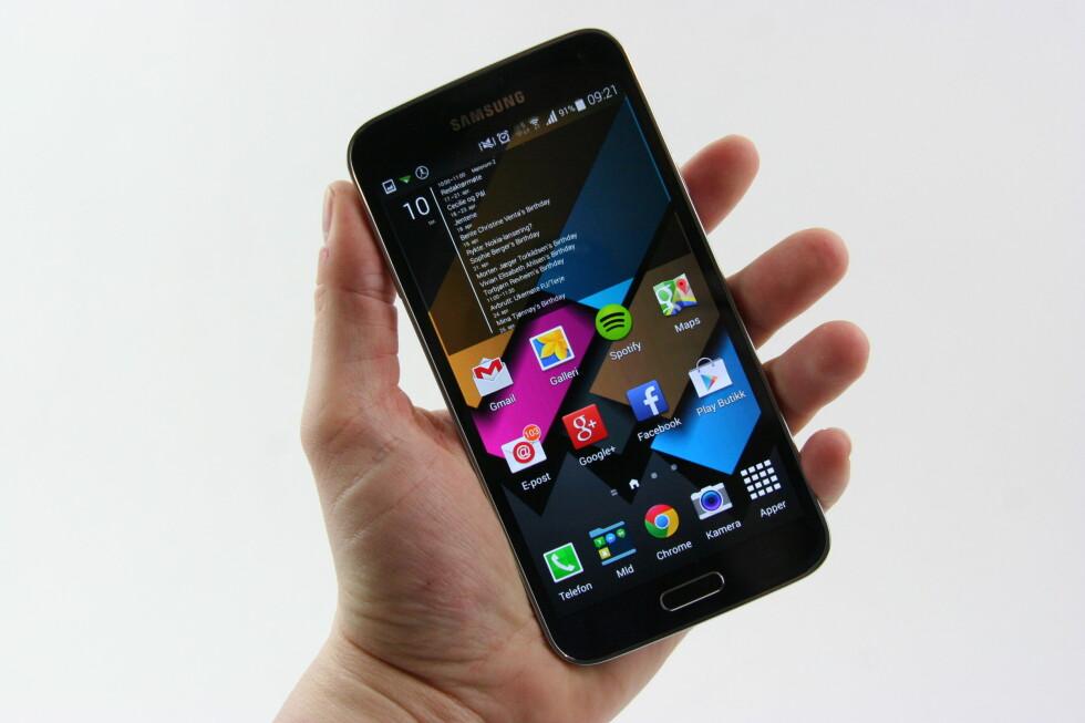 STØRRE: Samsung Galaxy S5 har blitt enda litt større enn sin forgjenger. Skjermen på 5,1 tommer har full HD-oppløsning og byr på svært god bildekvalitet. Foto: PÅL JOAKIM OLSEN
