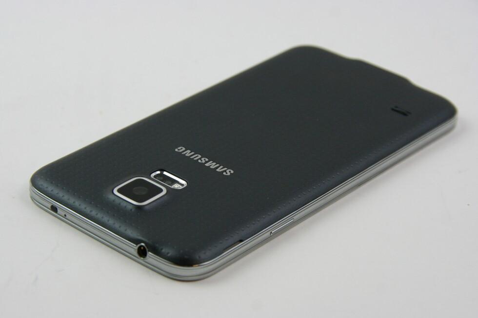 Baksiden er av plast, og det hullet mønsteret gjør at telefonen ligger godt i hånda. Foto: PÅL JOAKIM OLSEN