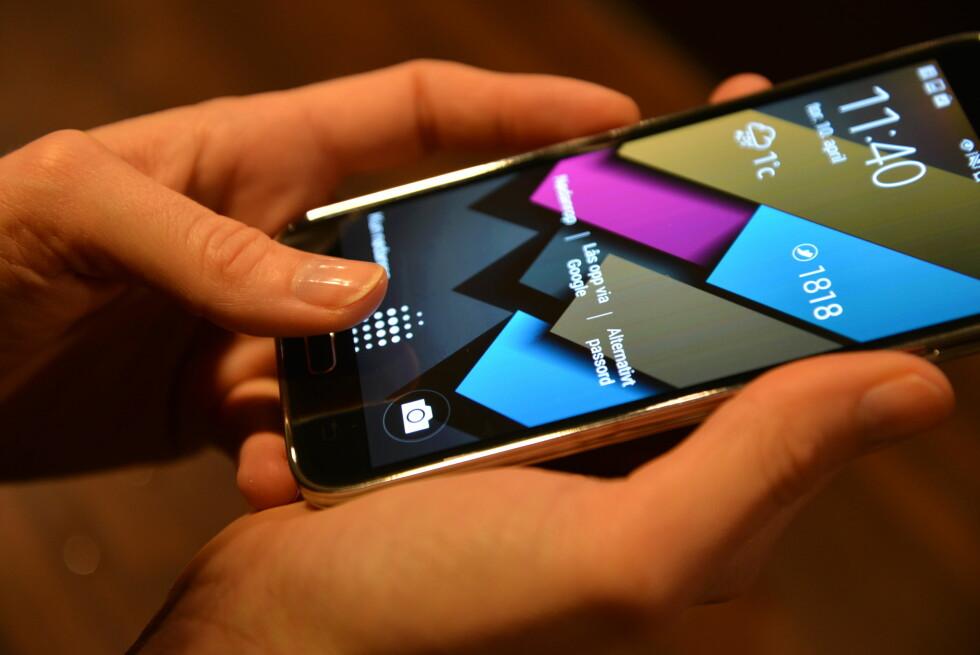 FINGERAVTRYKK: Ved å sveipe fingeren over hjem-knappen, kan telefonen låses opp basert på fingeravtrykket. Den funksjonen synes vi burde ha fungert bedre. Foto: PÅL JOAKIM OLSEN