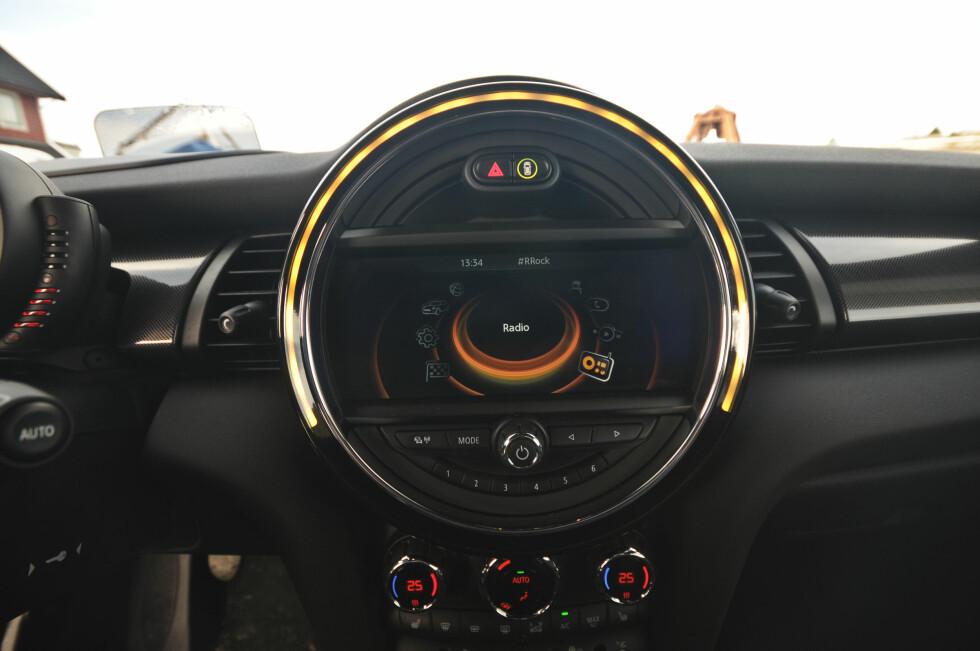 SPESIELLE INSTRUMENTER: Nye Mini er fortsatt annerledes-bilen, men det er mer av det meste. Foto: KAJ ALVER