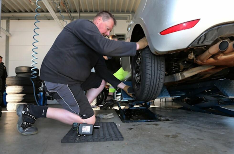 SESONGEN ER I GANG: Det er vår og hjulskift i luften. Da passer det bra med nye tester av sommerdekk. Først ut av de store er tyske ADAC, som i år tar for seg sommerdekk for små og kompakte biler. Foto: ADAC