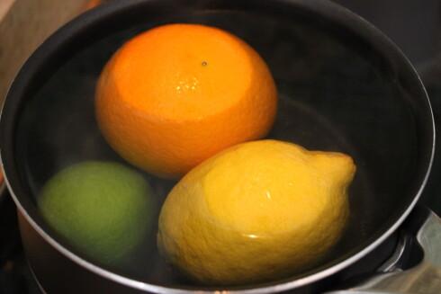 BLANCHER: Vask først over sitrusfrukten for å fjerne evt skitt som sitter fast, før du gir dem et raskt bad i kokende vann. Foto: ELISABETH DALSEG