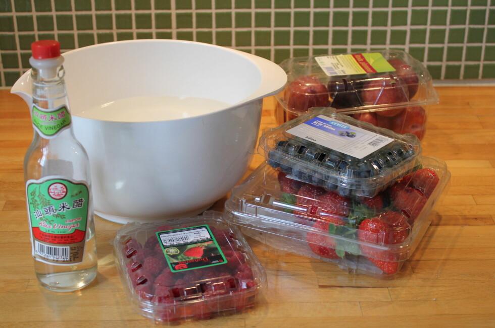 GJØR SUSEN: Legg bær og frukt i en bolle med vann tilsatt eddik.  Foto: ELISABETH DALSEG
