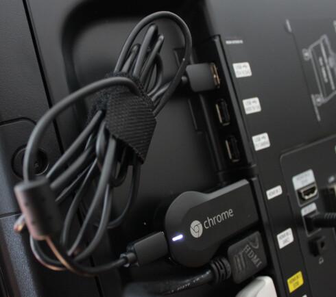 SLIK SER DEN UT: Her har vi plugget Chromecast inn på baksiden av HDTV-en vår. Den krever strøm via usb, derfor ser du en ekstra kabel. Har ikke TV-en din usb-inngang, må du koble den til en strømadapter. Foto: Ole Petter Baugerød Stokke