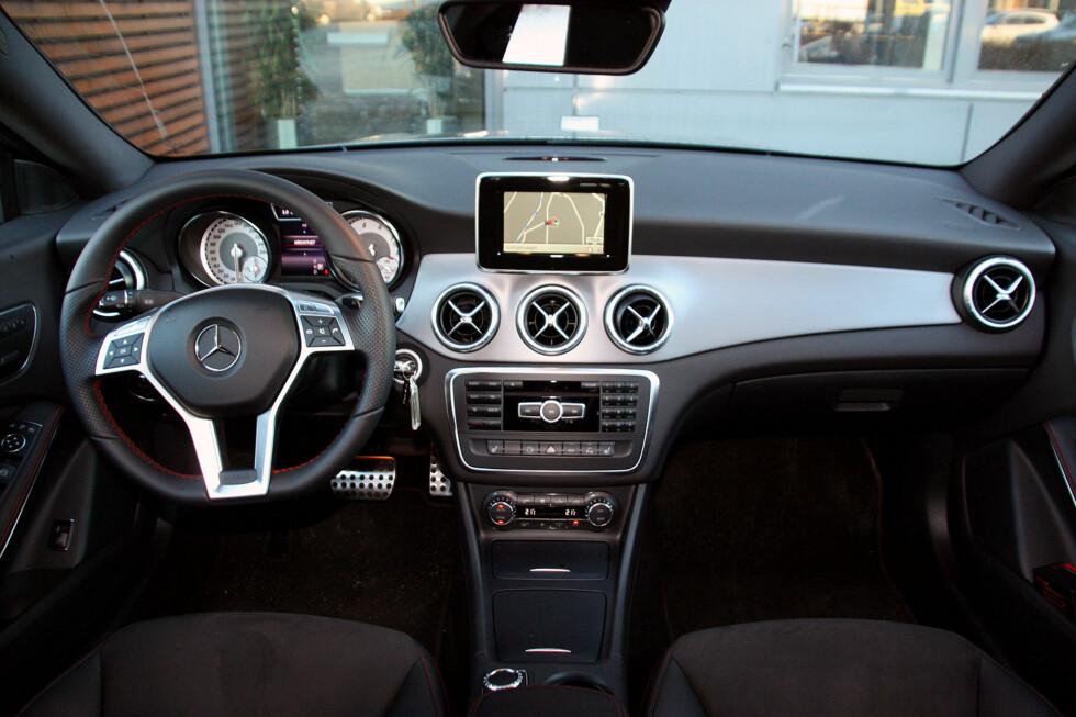 Vi synes designen av førermiljøet er noe mindre vellykket enn bilens eksteriør - særlig hva angår luftedyser og skjermplassering, men kvalitetsopplevelsen er upåklagelig - dette er solid premium. Foto: KNUT MOBERG