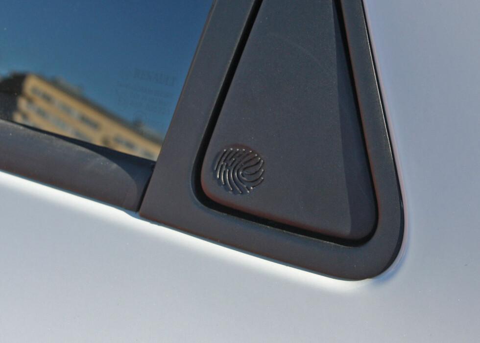 FINGERAVTRYKK: Døråpneren på bakdøren har designerens fingeravtrykk støpt inn. Foto: KNUT MOBERG