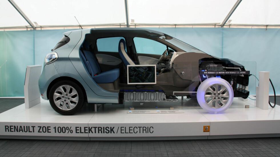 """""""CUTAWAY"""": Slik er layouten på Zoe: Under panseret ligger elmotoren og den store """"kameleon""""-ombordladeren, under gulvet batteripakken. Zoe har, som Leaf, lavt tyngdepunkt og kjører bra. Foto: KNUT MOBERG"""