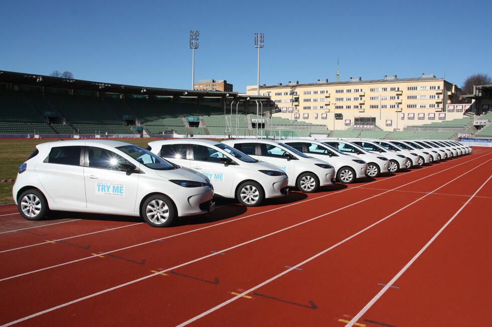 KLARE FOR LANSERING: Her står nye eksemplarer av Renault Zoe linet opp på Bislett med håp om å besnære norske kunder. Prisen er fra 192.000 kroner, oppgitt rekkevidde (EU-syklus) er 210 km. Foto: KNUT MOBERG