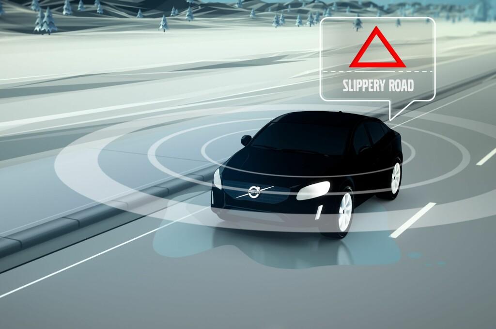 <b>BILEN ADVARER:</b> Når en Volvo kommer til en strekning med utfordrende føre, er idéen at den sender ut signaler via mobilnettet til en nettsky-basert database. Derfra går den ut til andre biler i området slik at føreren får et varsel i instrumentpanelet. Også vedlikeholdstjenestene varsles. Foto: VOLVO