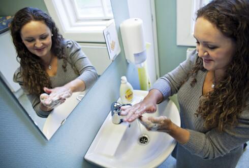 INGENTING Å TJENE: Her vasker kundeservicesjef Malin Skaar i Lilleborg hendene med Lano. Om hun har fylt opp flasken eller kjøpt en ny, spiller ingen rolle for lommeboka. Foto: TRULS BREKKE/UNICEF