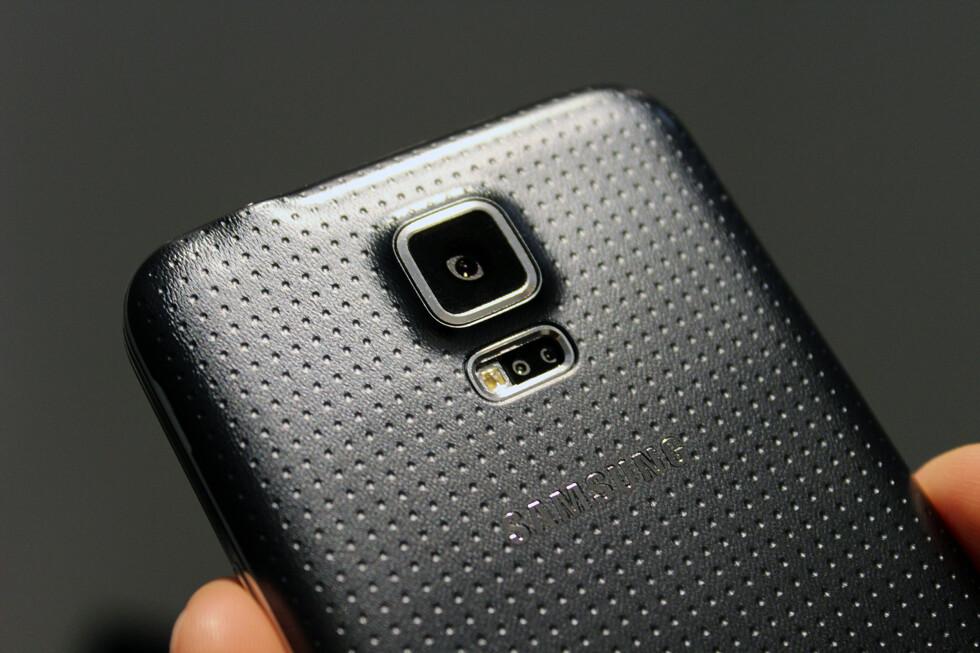 PLAST: Galaxy S5 er laget av plast, som de fleste andre Samsung-mobiler. Baksiden på nykommeren er imidlertid ny for året, og er matt og myk å ta på. Foto: KIRSTI ØSTVANG