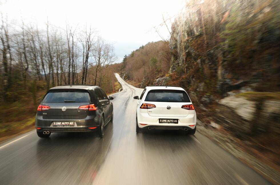 """HVILKEN FORETREKKER VI? VW Golf """"GTI"""" med dieselmotor (GTD, til venstre på bildet), eller med bensinmotor (GTI, til høyre)? Eneste måten å finne det ut på var å utfordre dem til duell. Foto: KAJ ALVER"""