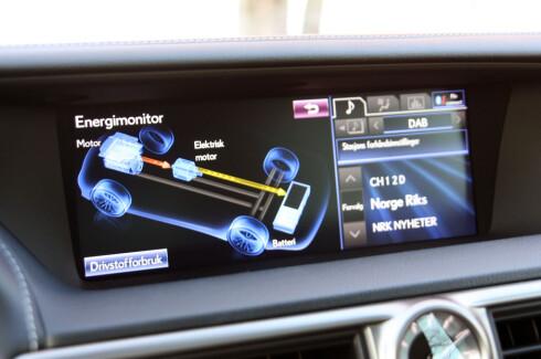 TODELT SKJERM: Bruker man ikke navigasjon, kan man overvåke energiflyten til venstre. Foto: KNUT MOBERG