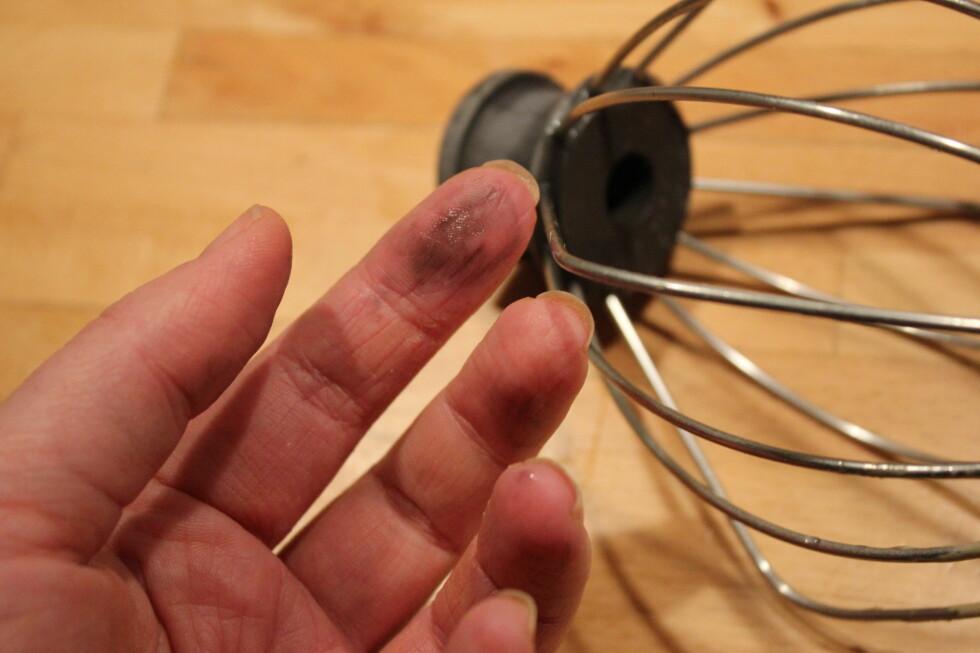 LATMANNSFINGRE... Blir du også svart på fingrene hver gang du skal skru inn vispen i kjøkkenmaskinen?  Foto: ELISABETH DALSEG