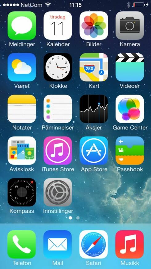 Slik ser en helt fersk iPhone-hjemskjerm ut. Raden nederst er statisk og forblir den samme selv om du sveiper til neste side. De to små prikkene over indikerer at det er to sider.